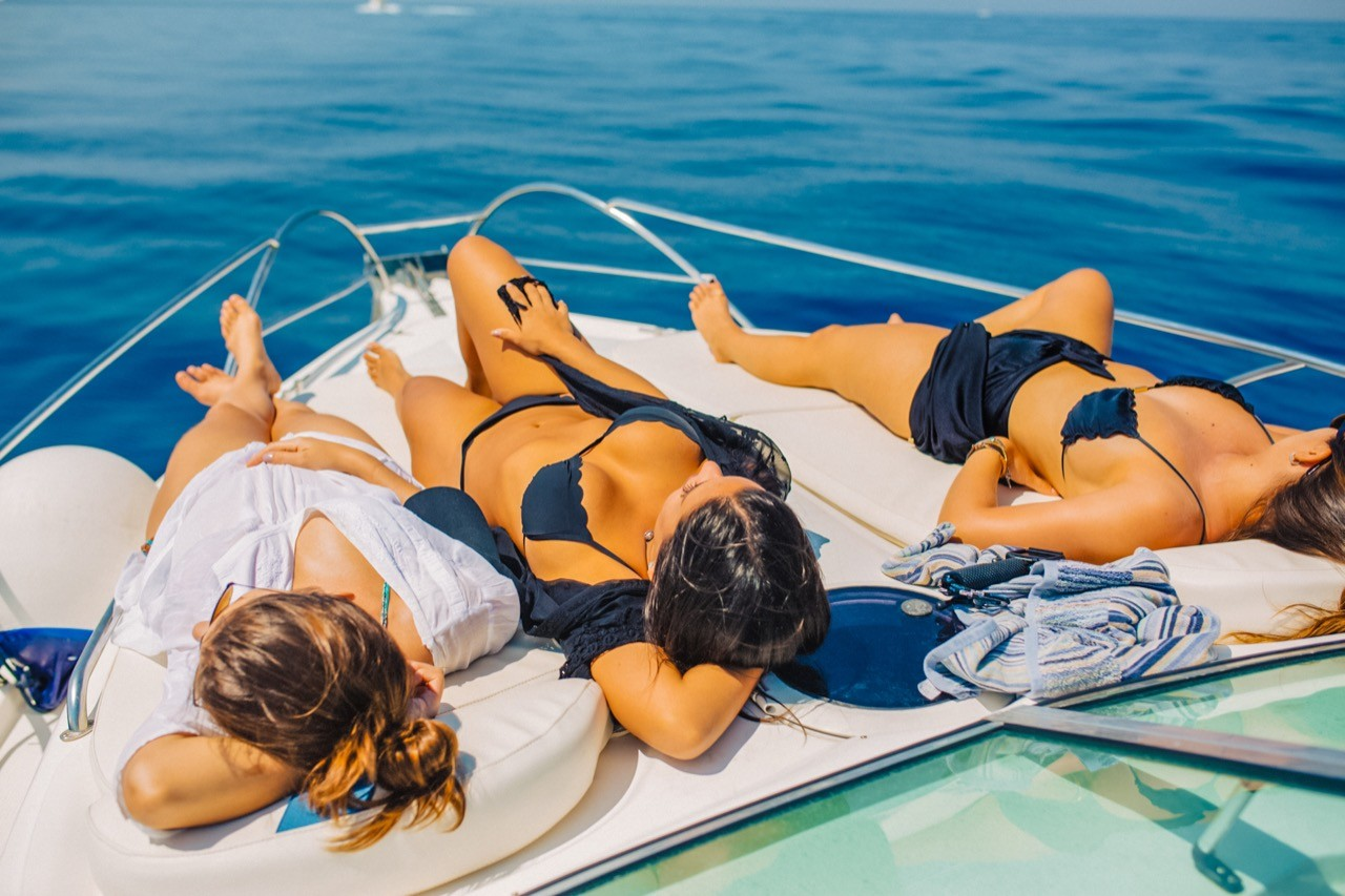ladies enjoying a daily trip with yacht4day cruises