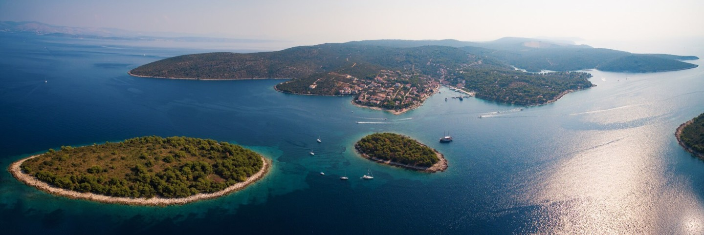 island hopping croatia sailboat charter croatia diving sunbathing snorkeling maslinica