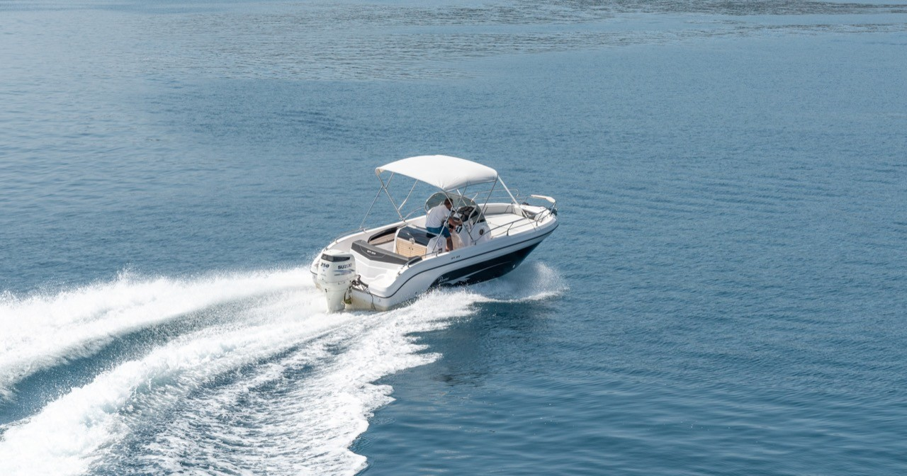 Ranieri Voyager 23S family friends summer on split daily rent boat