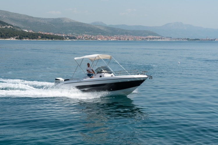 Ranieri Voyager 23S family friends summer on split speed islands